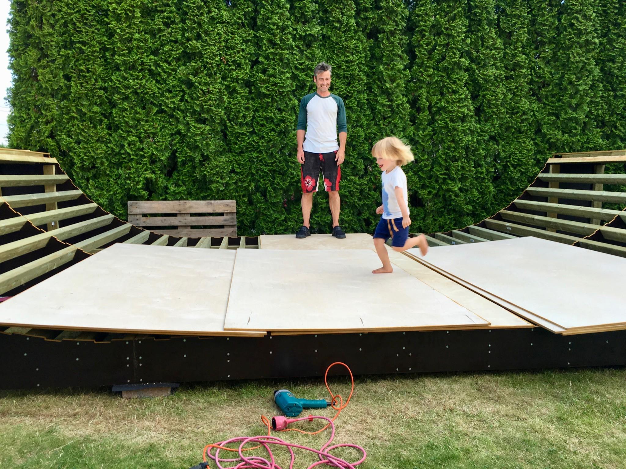 Plutselig hadde både far og lillebror verdens største leke i hagen!
