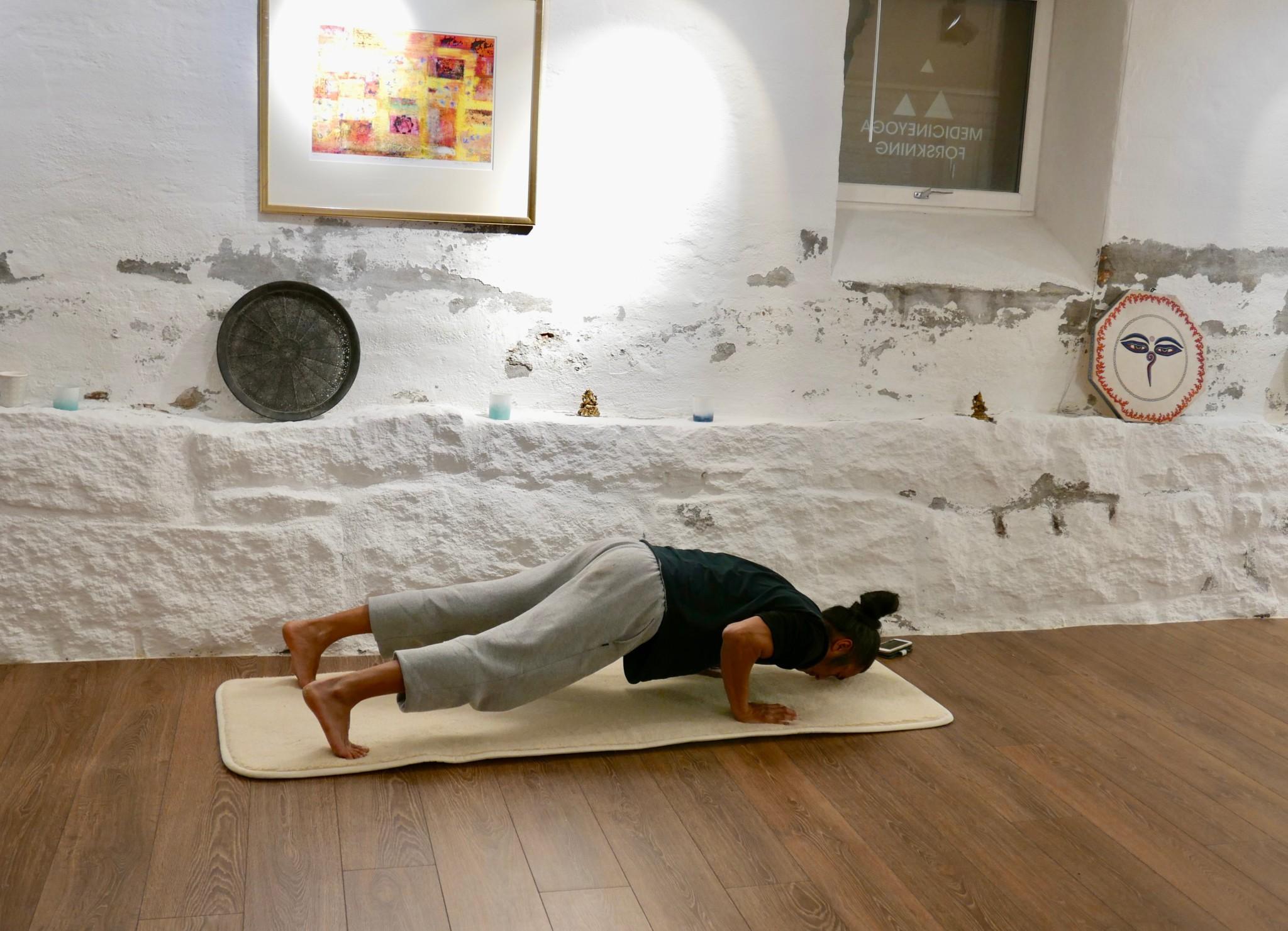 Kim Johansen viste oss hvordan push-ups egentlig skal gjøres! Nose to the ground, everybody...