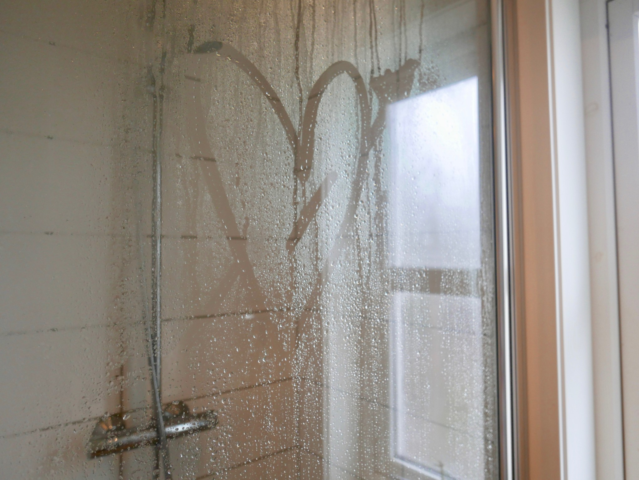 dusj-shower-vann-water-heart