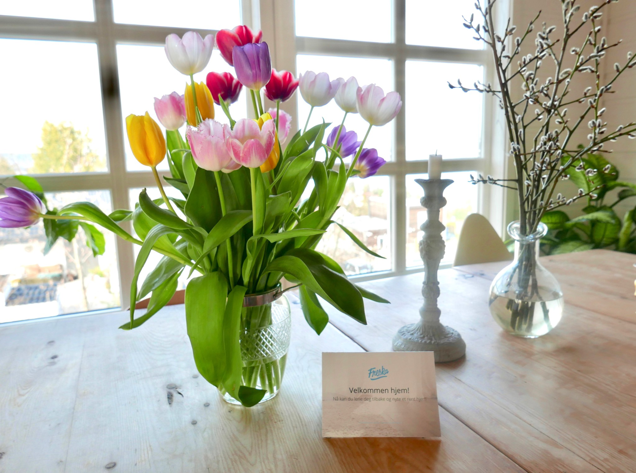 freska-velkommen-hjem-tulipaner-bord-anja-stang
