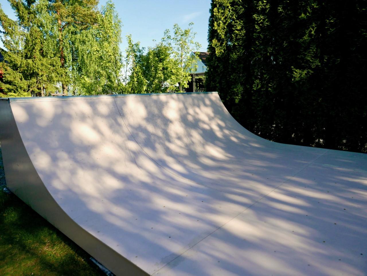 perfekt-solseng-skate-rampe-dusky-pink-green-house