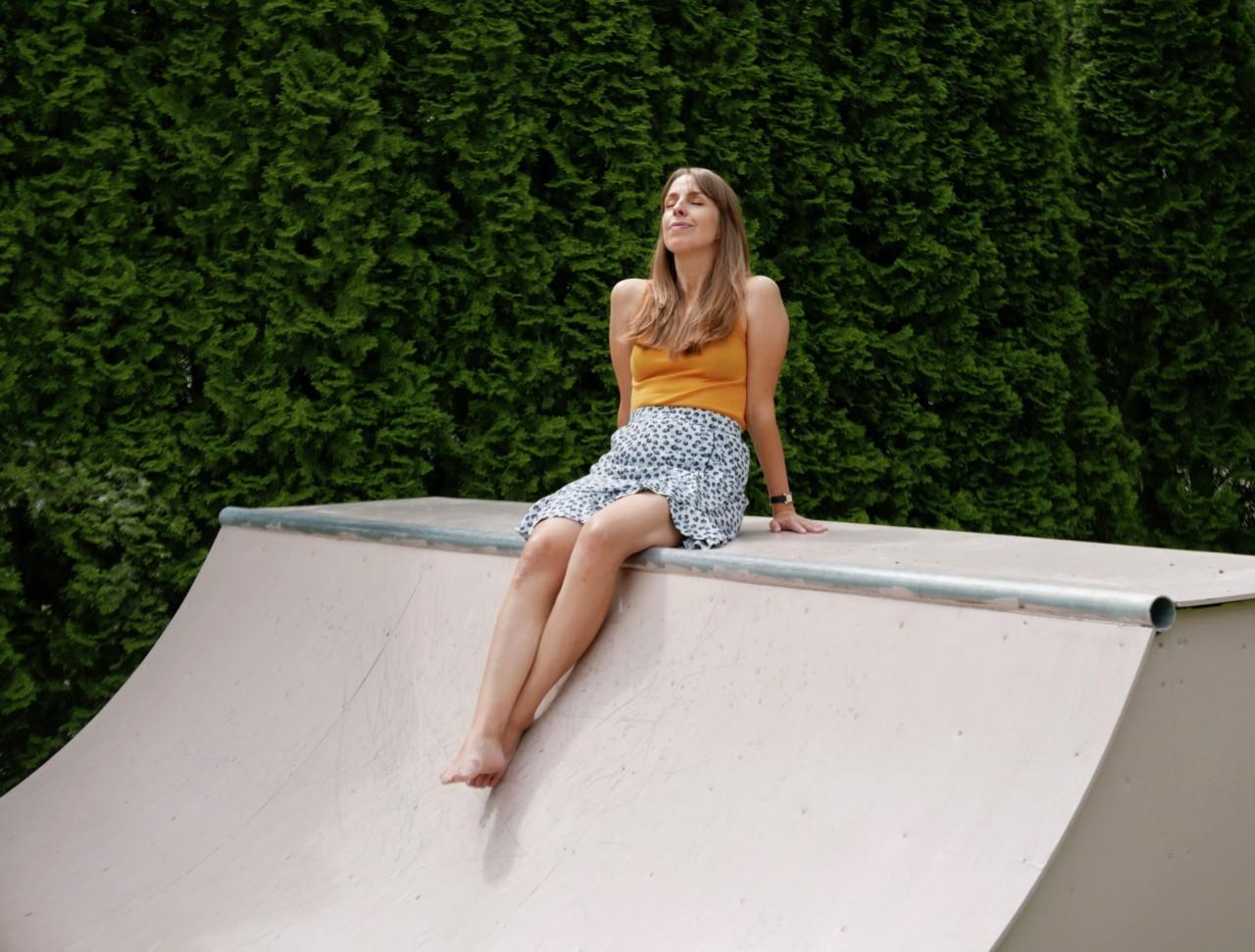 anja-stang-sol-sunbathing-ganni-skaterampe-green-house