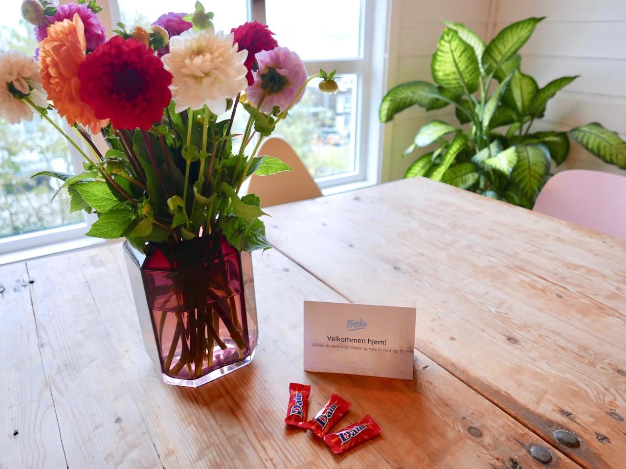 freska-blomster-velkommen-hjem-sjokolade