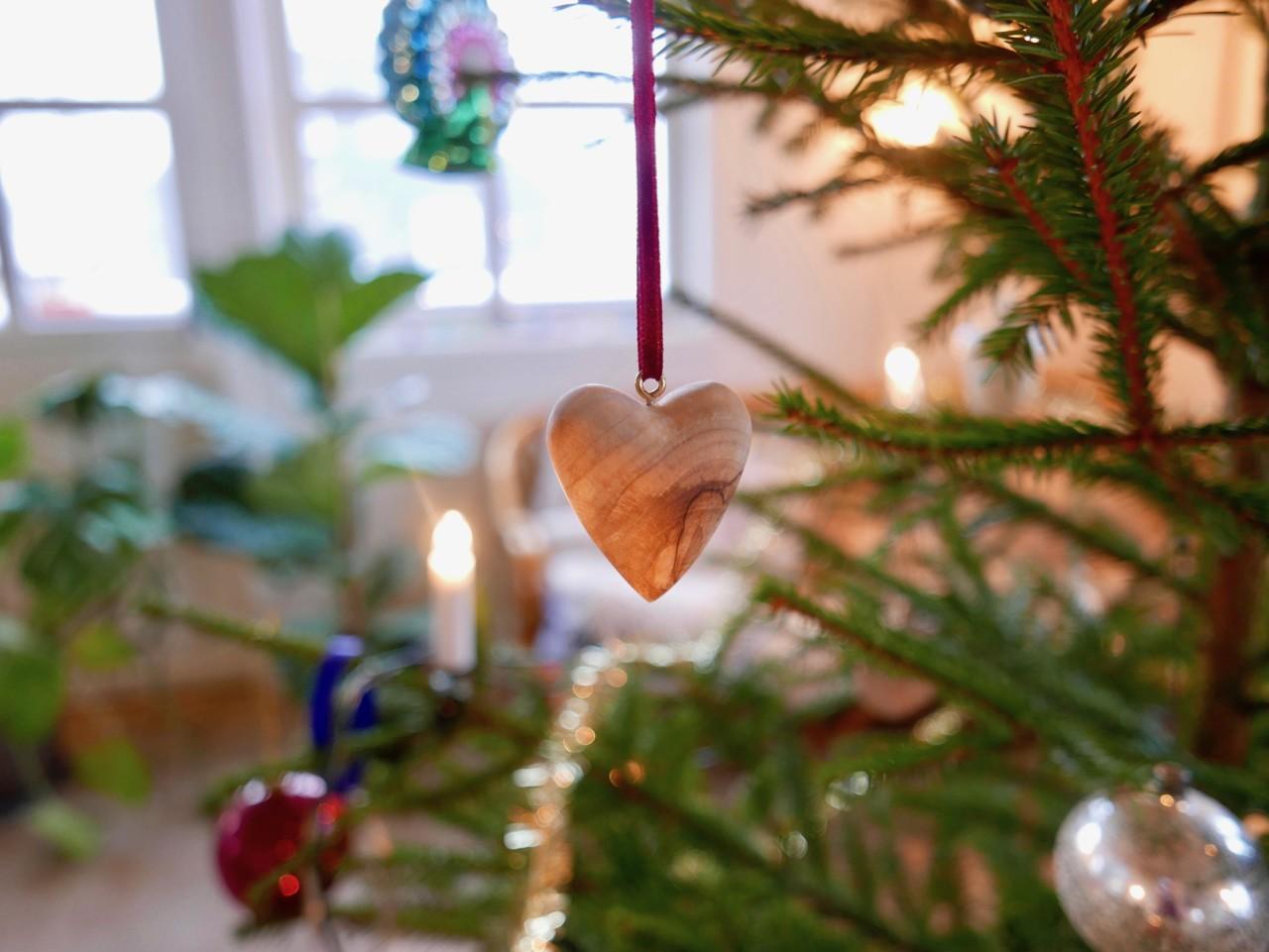 jule-hjerte-oliventre-palestinsk-handverk-anja-stang