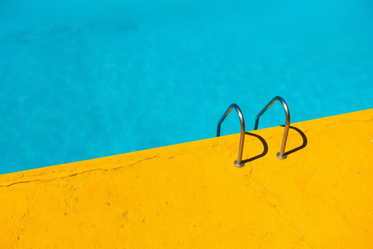etienne-girardet-unsplash-pool-gult-yellow