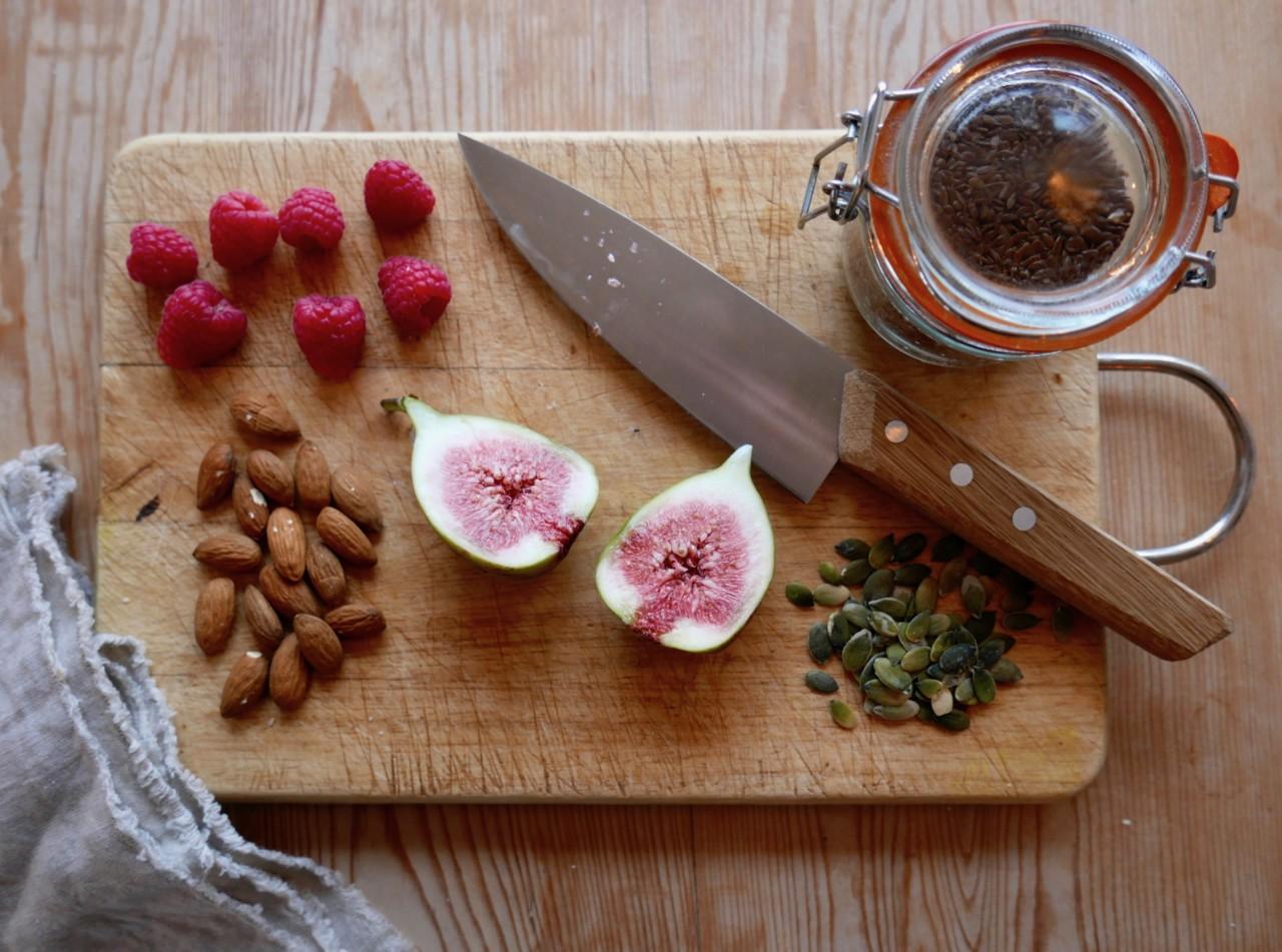 fiken-bringebar-mandler-linfro-oyo-kniv-anja-stang-gronn-smoothie-bowl