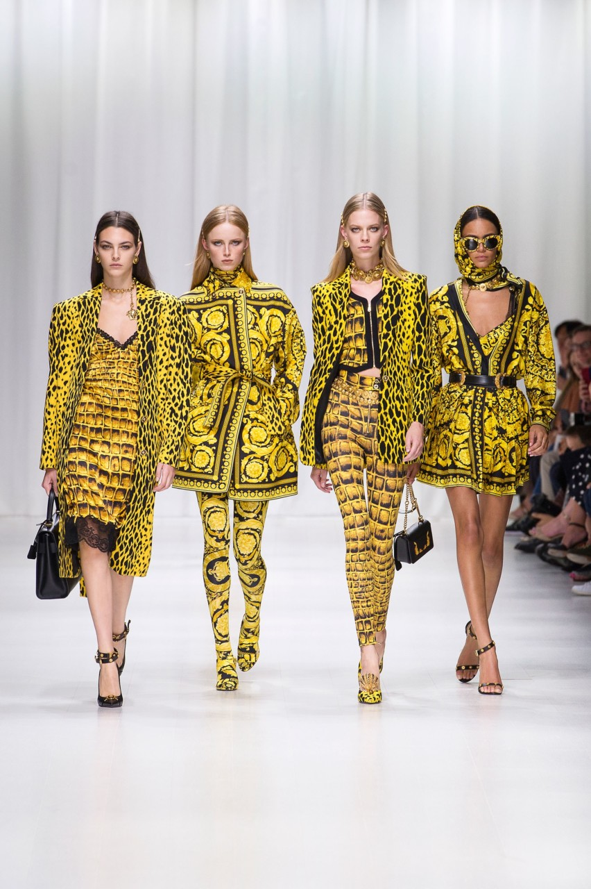 versace-women-SS18-gult-yellow-supermodels-green-house
