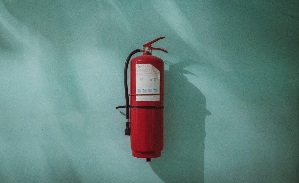 piotr-chrobot-fire-brannskum-miljogift-unsplash