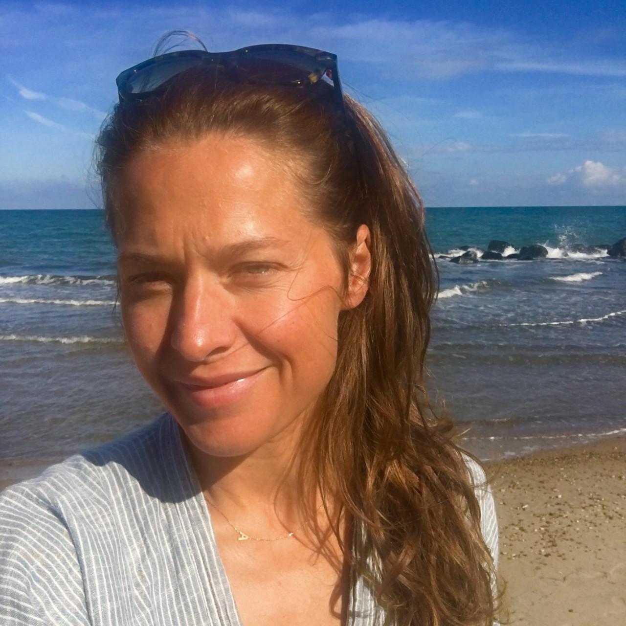 andrea-rudolph-pa-stranden-usminket-green-house