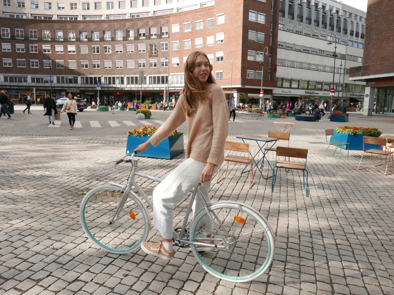 bysyklist-girl-on-bike