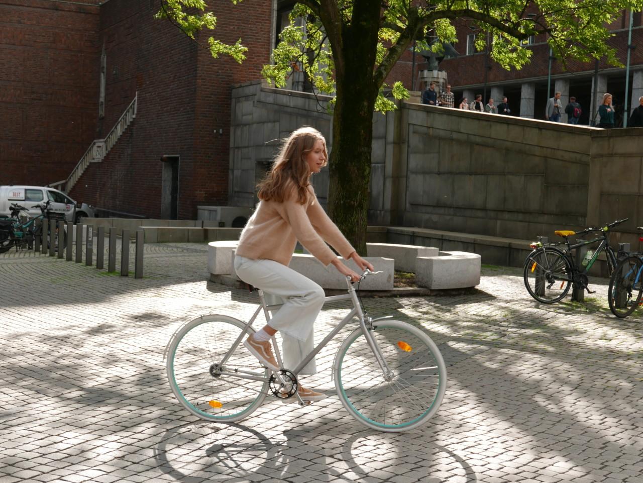 pretty-girl-biking-in-oslo