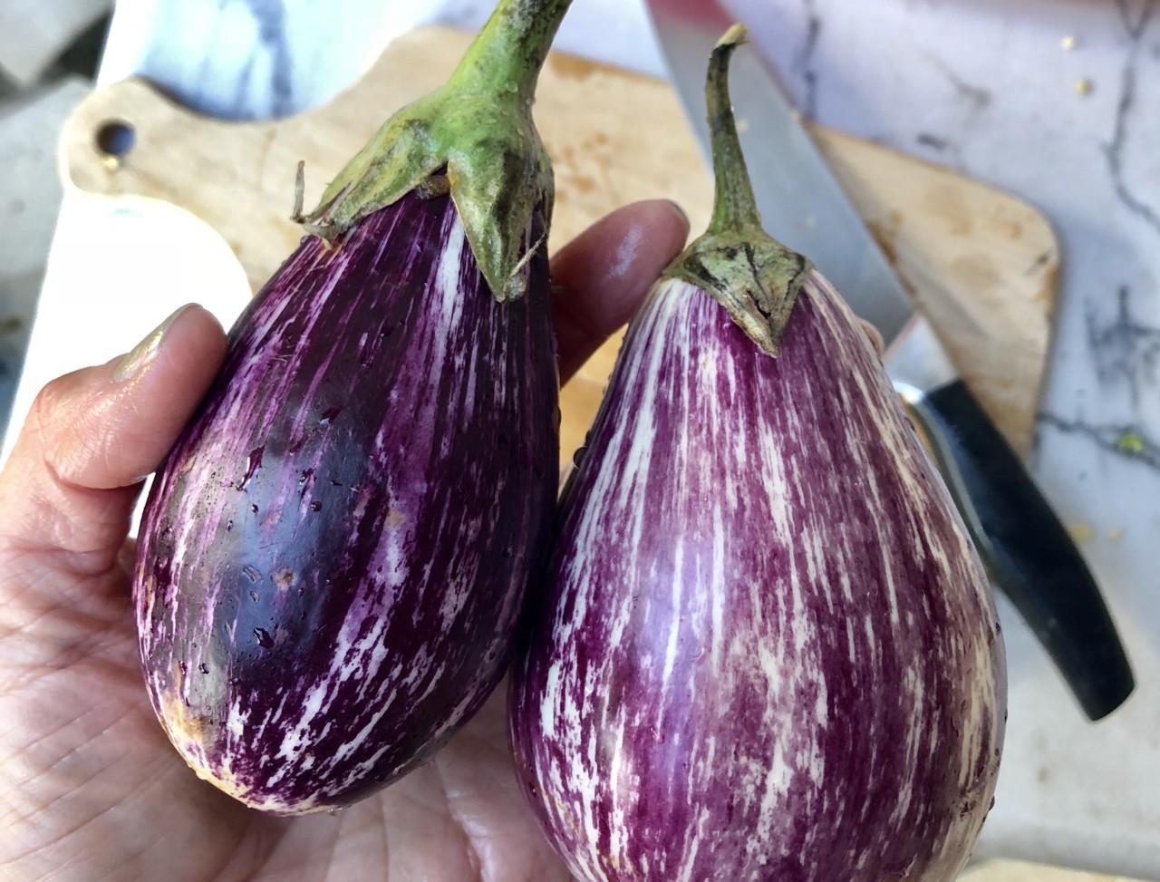 lilla-auberginer-marked-menton-frankrike-lokal-mat-ovnsbakte-gronnsaker