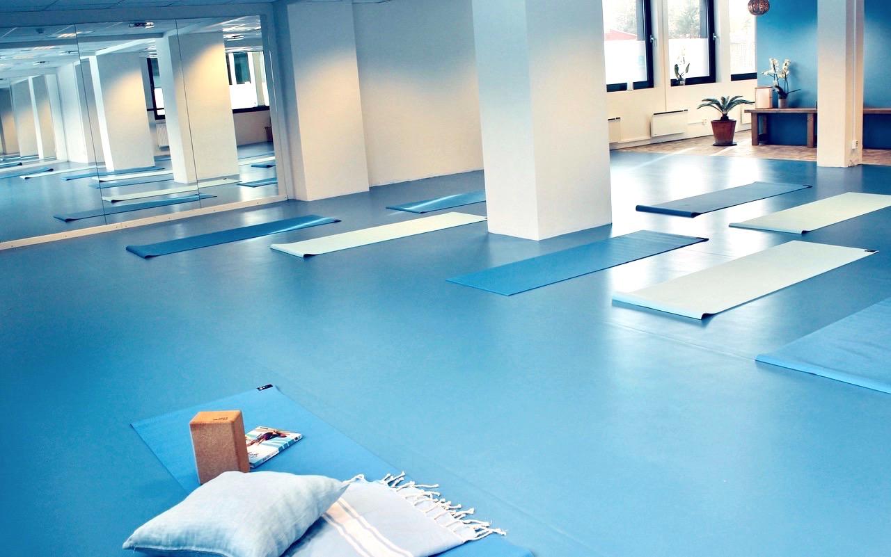 flyt-studio-yoga-bla-er-den-varmeste-fargen-fristed