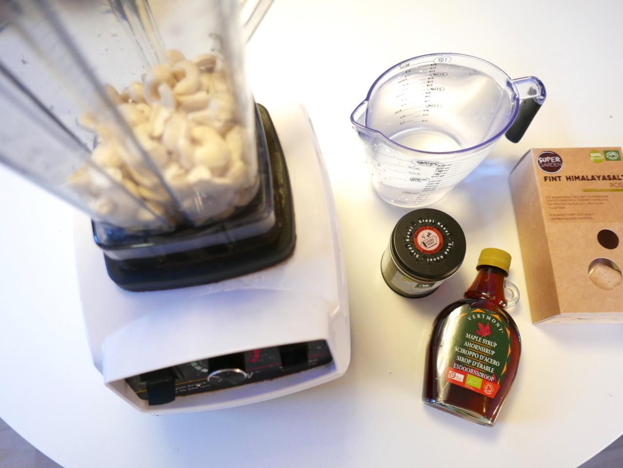 cashewmelk-ingredienser-nottemelk-mylk-lonnesirup-kanel-salt-blender