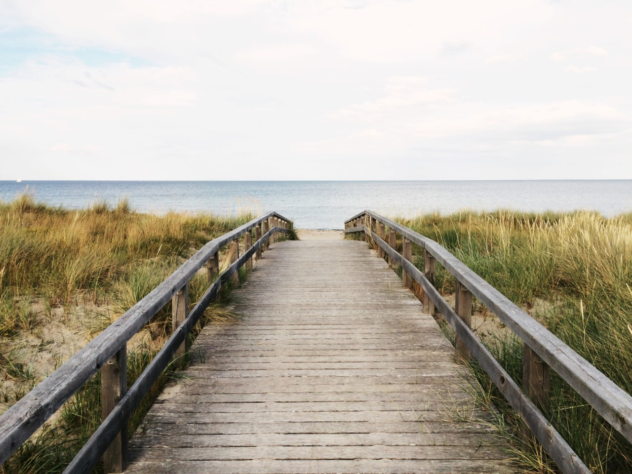 anton-sharov-boardwalk-beach-gronne-grep-unsplash
