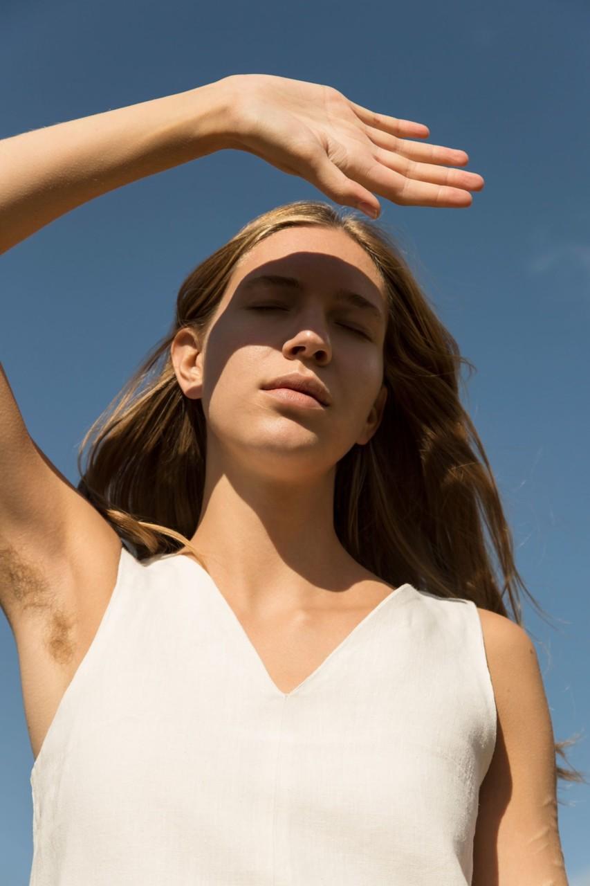 hamp-kjole-kontrast-project-har-under-armene