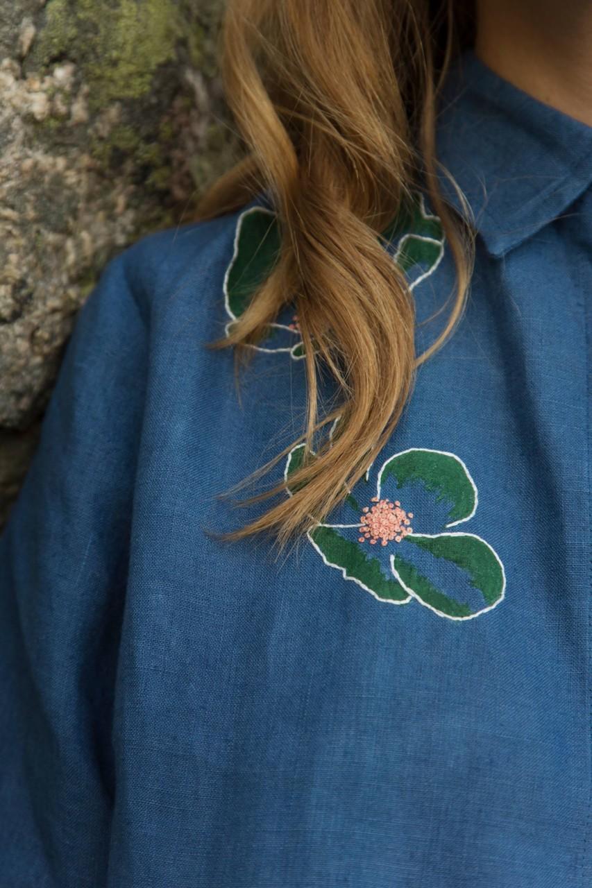 multe-blomst-bla-skjorte-hamp-kontrast