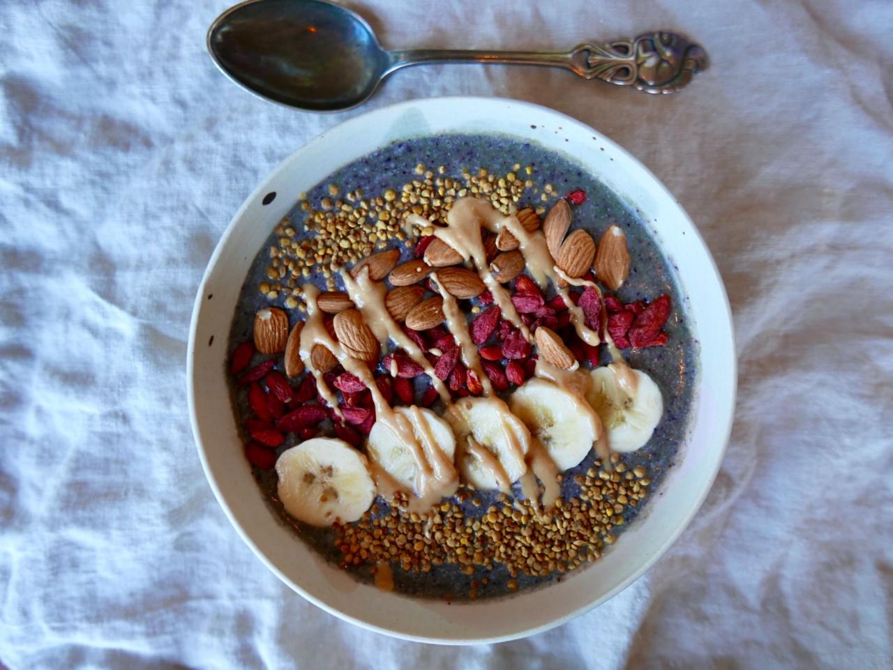 smoothie-bowl-mandelsmor-banan-spinat-green-house