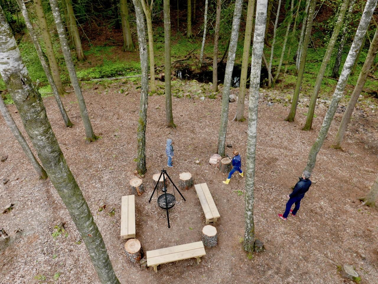 balplass-hugge-ved-barn-skog-toten-tretopphytte