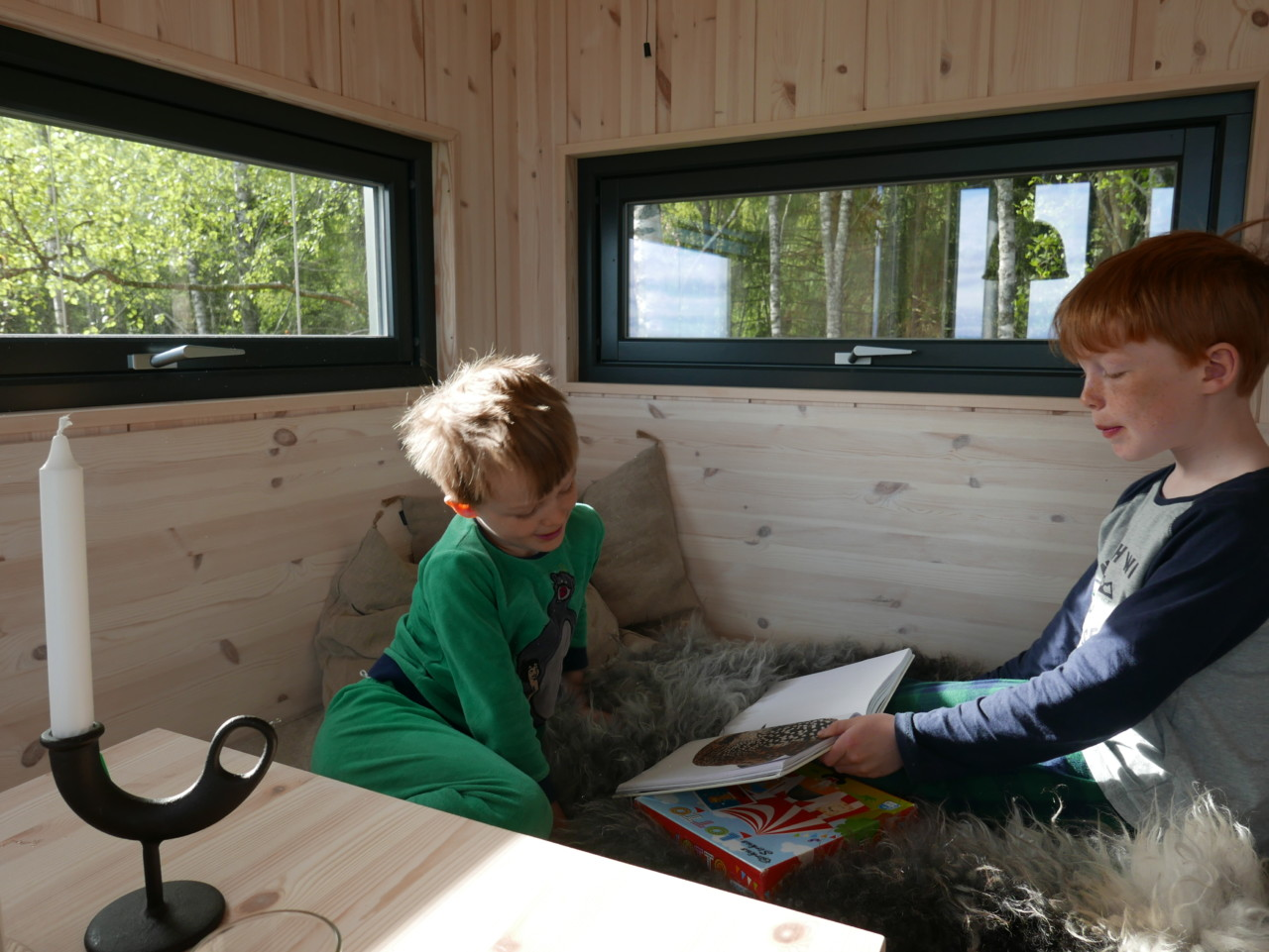 gutter-pysjamas-bok-toten-tretopphytte-green-house