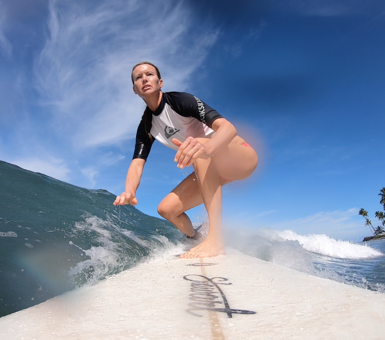 anniken-binz-surfing-kvinnelig-surfer-sterk-kropp