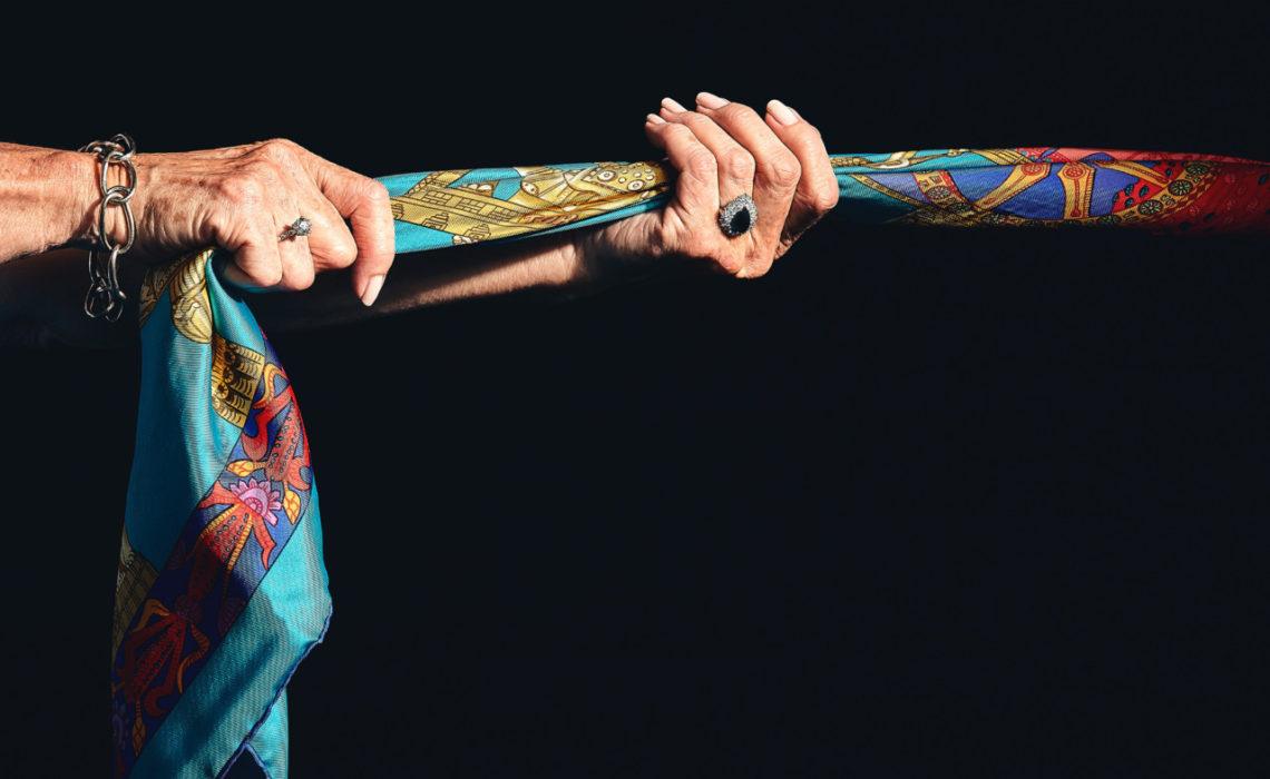 silkeskjerf-gamle-hender-smykker-gjenbruk-auksjon