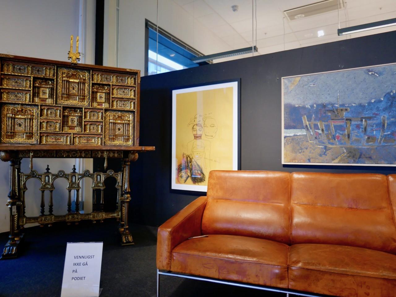 sofa-patina-gjenbruk-auksjon-blomqvist-gull-skap