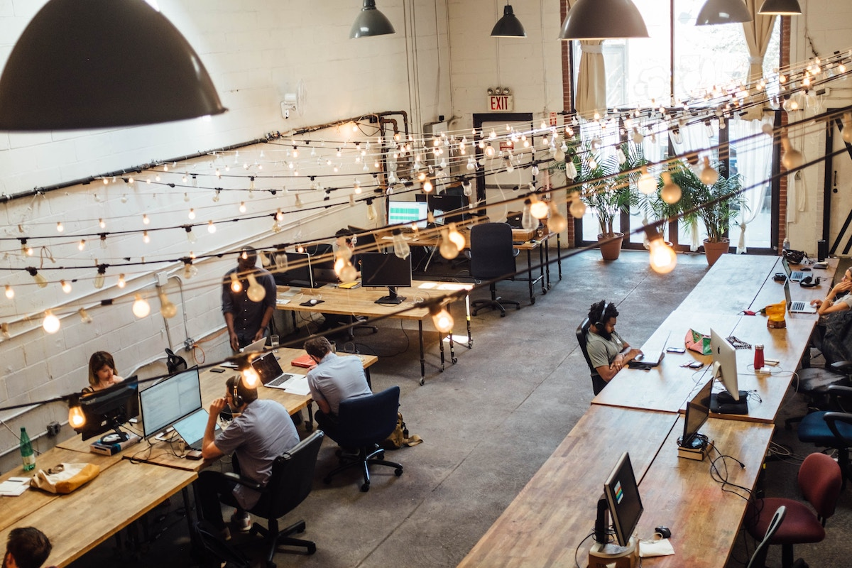 co-working-space-office-kontor-arbeidsplass-shridhar-gupta-unsplash