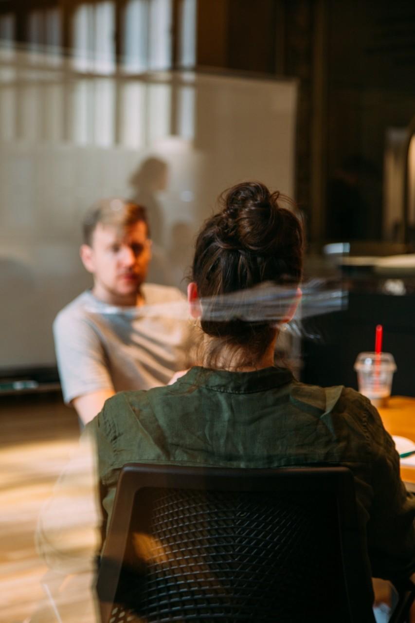 jobbintervju-meeting-kontor-arbeidsplass-green-house-unsplash