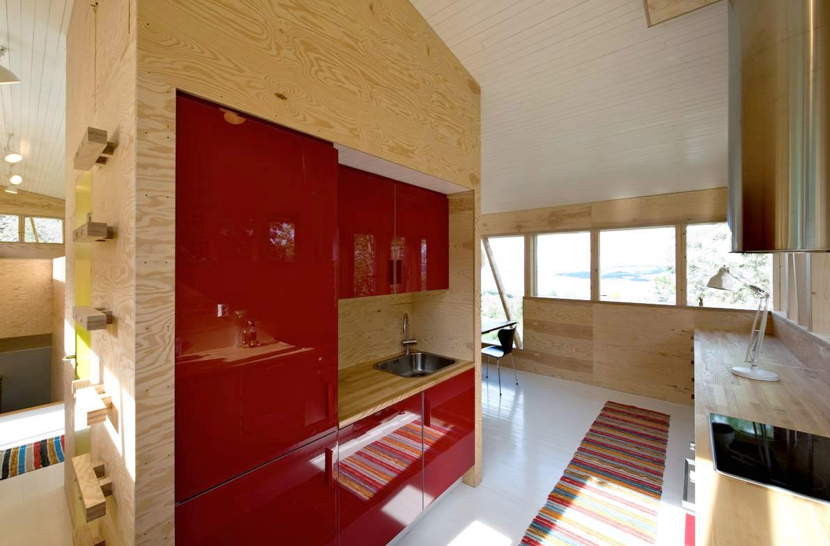 kontrastfarger-rodt-kjokken-furu-nytt-hus