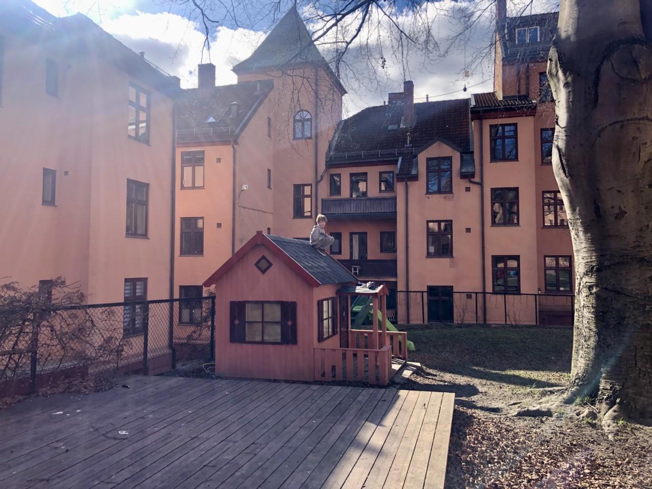 gutt-bytur-rosa-hus-lekehytte-bakgaard-oslove