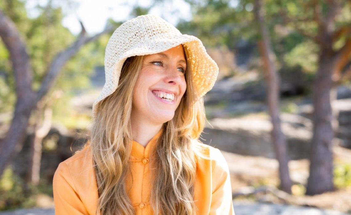 anja-stang-sommer-solhatt-oransje-bluse-skog-happy