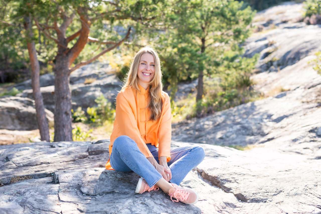 oransje-bluse-silke-jeans-sommer-anja-stang-foto-marte-garmann
