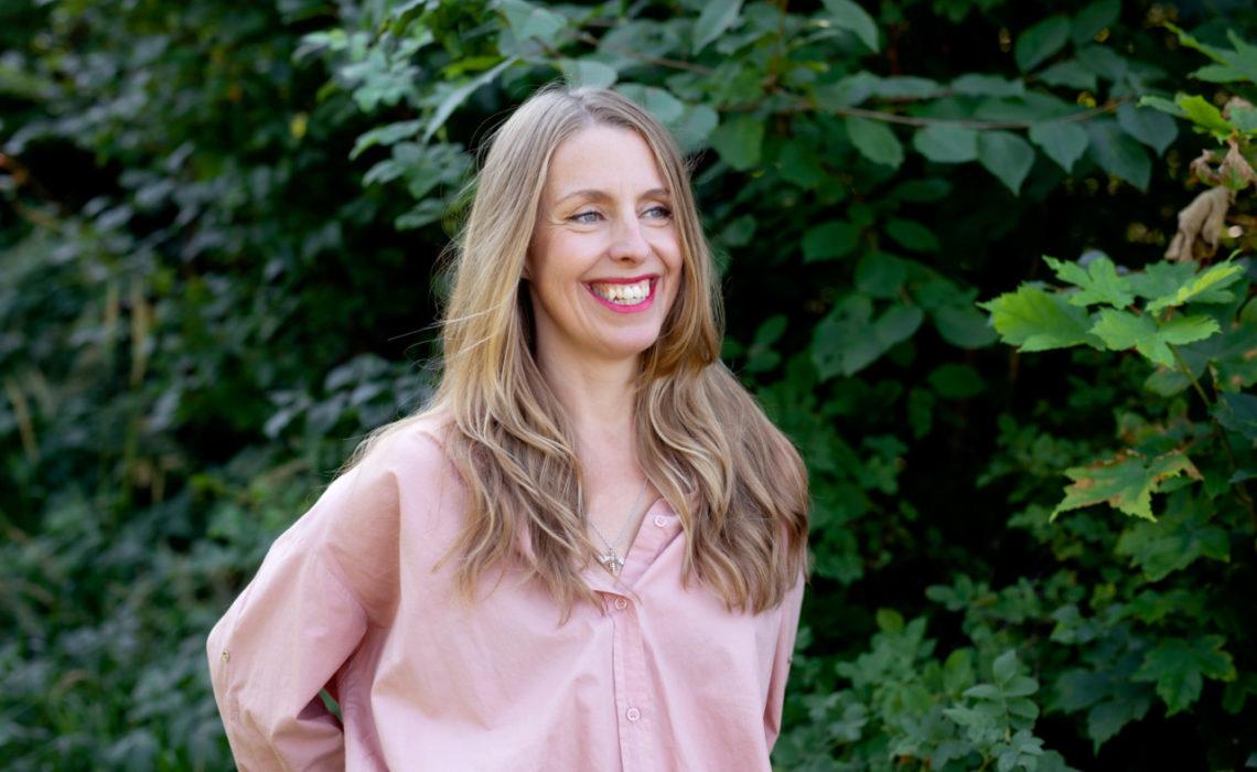 anja-stang-green-house-eco-marte-garmann-rosa-skjorte-portrett-klimaaktivist