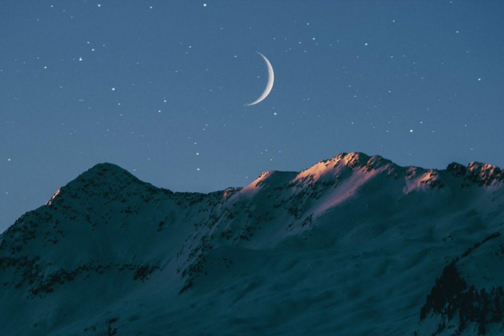 benjamin-voros-new-moon-mountains-greenhouse-unsplash