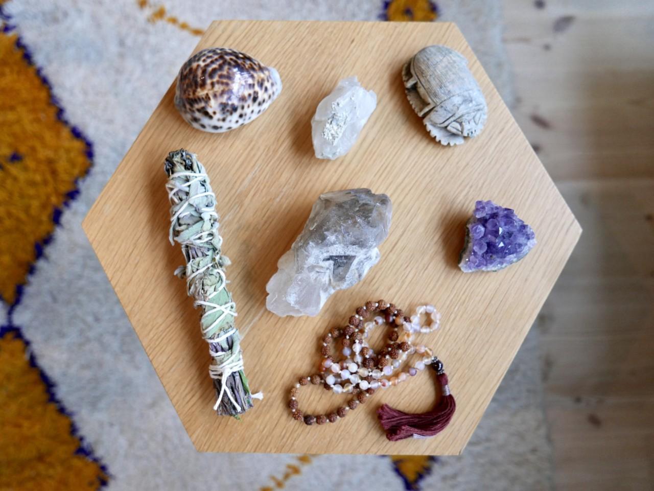 fullmaane-rituale--spiritualitet-salvie-krystaller-skjell-ametyst-mala-green-house