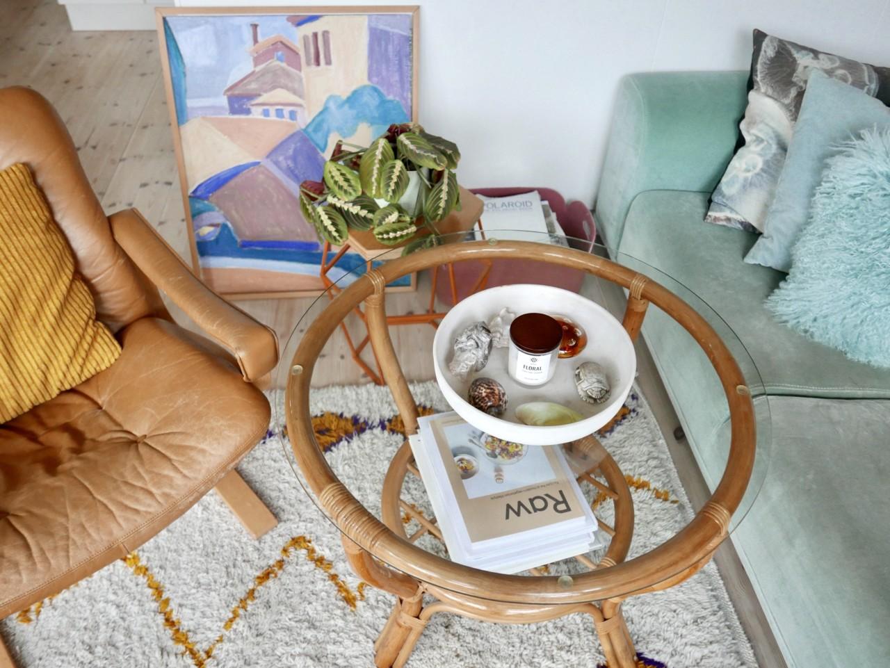 greenhouse-stue-bambus-bord-brukt-skinnstol-maleri-velur-sofa