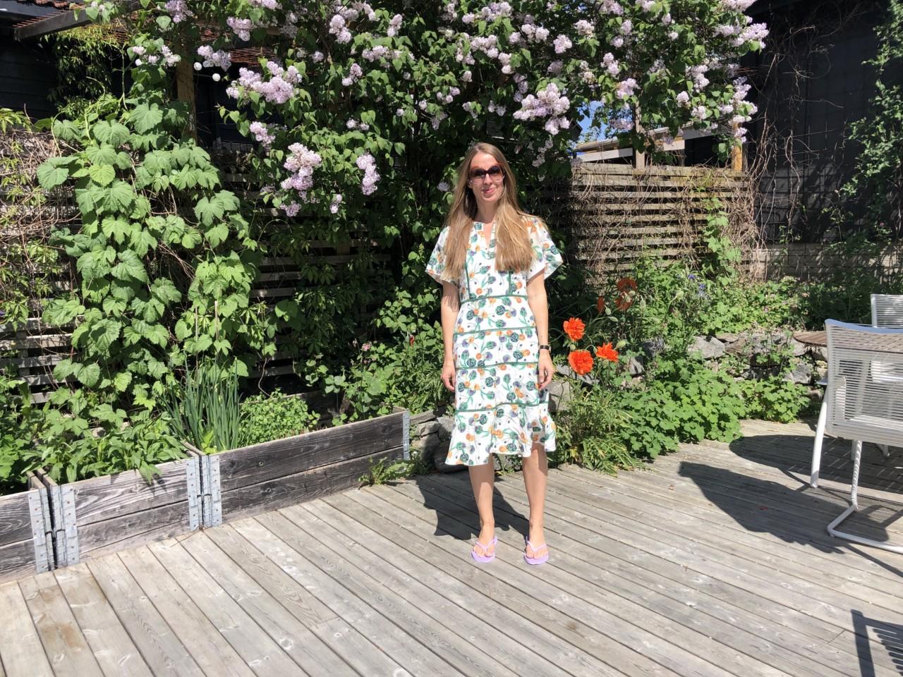 anja-stang-velkommen-til-nye-greenhouse-kjole-terrasse