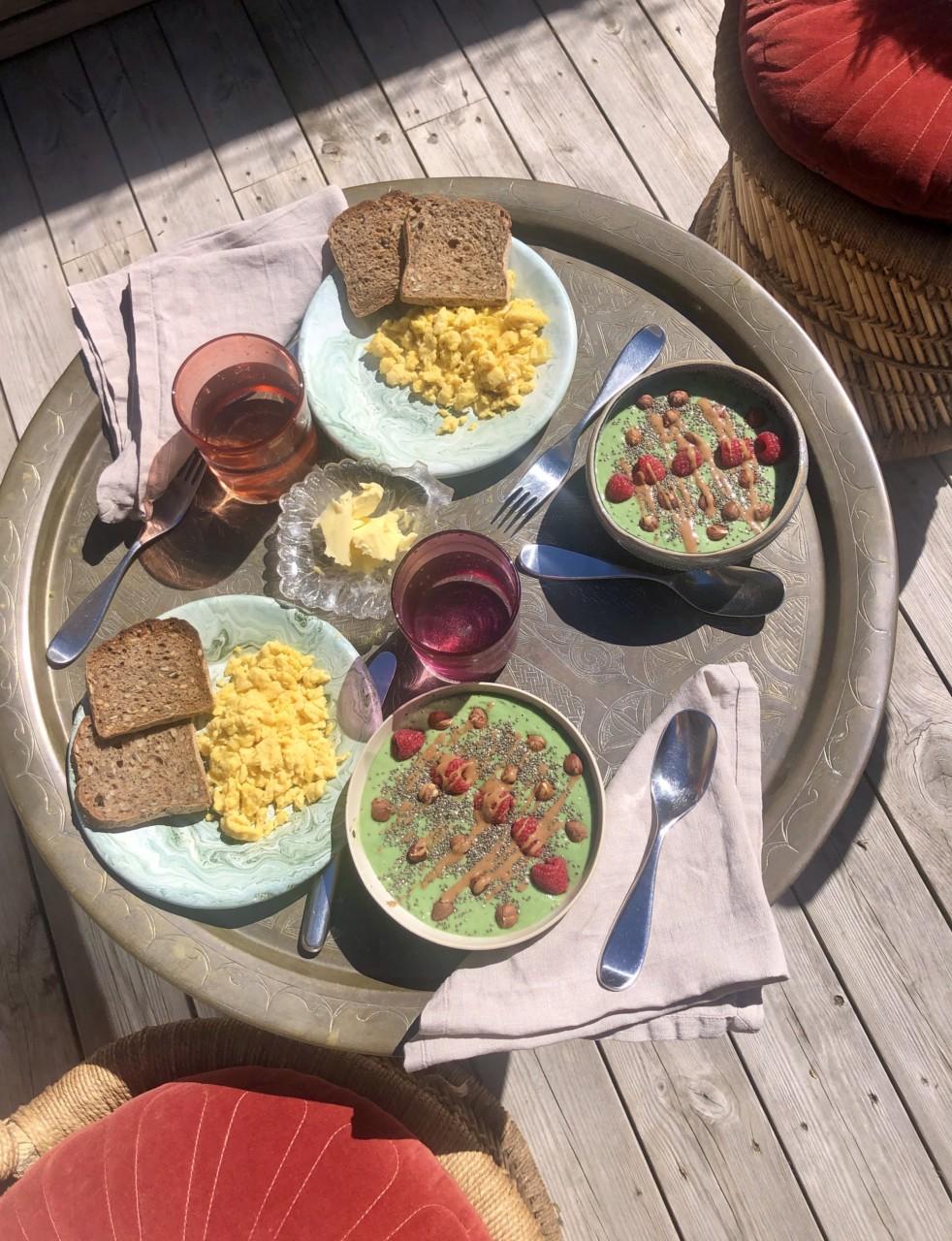 frokost-greenhouse-egg-toast-smoothie-bowl-bohemsk-stil