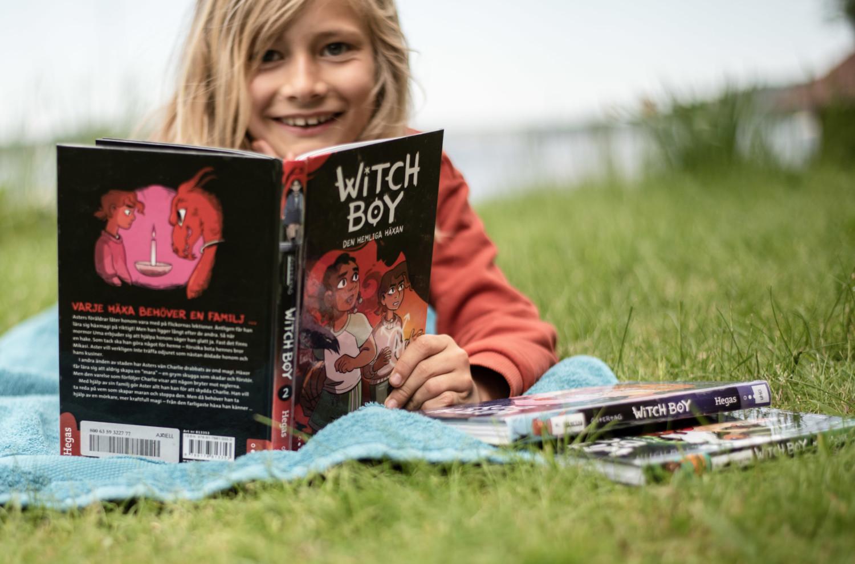 barnelitteratur-olika-forlag-gutt-smil-witch-boy