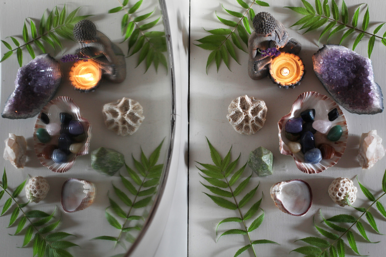 husalter-hellig-sted-speil-krystaller-lys