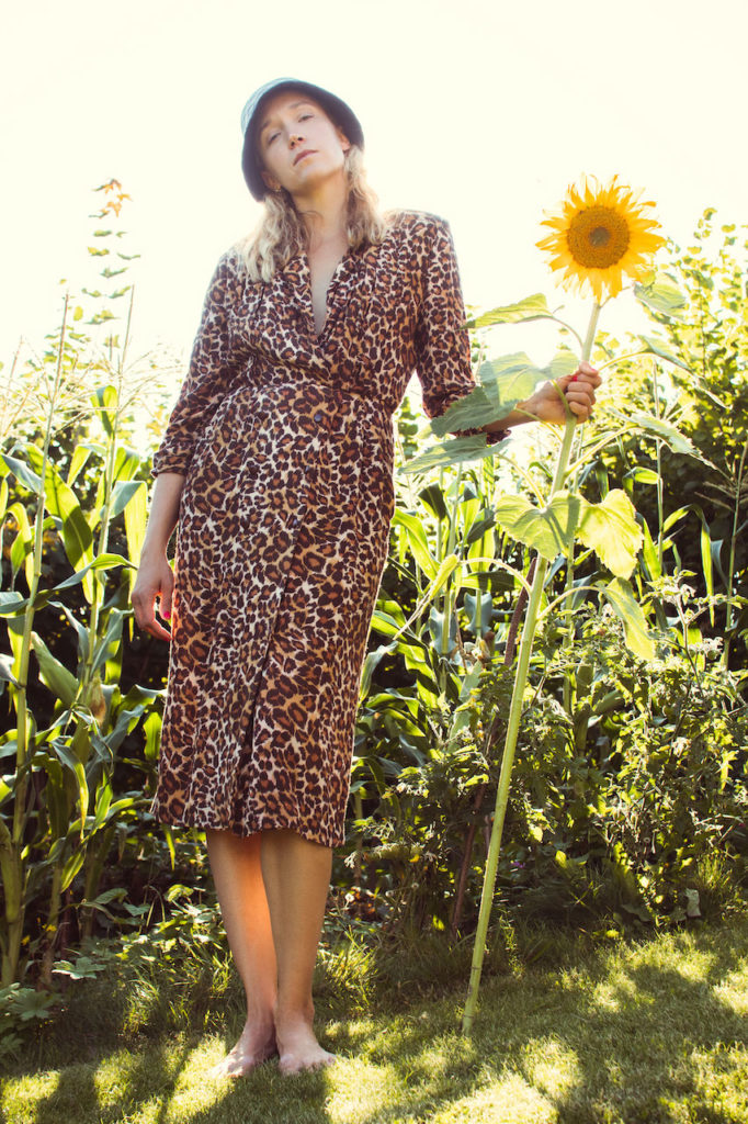 leopard-kjole-solsikker-sensommer-sol-modell