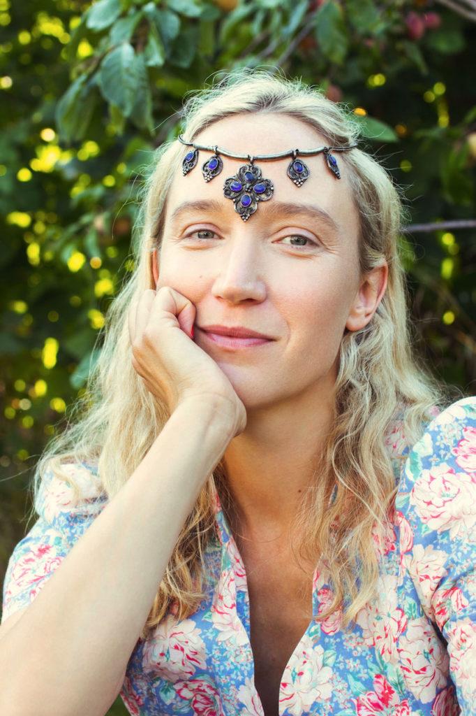 marianne-haugli-modell-danser-smykke-kjole-greenhouse