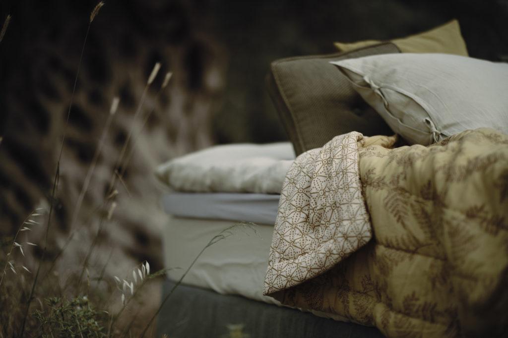 alycone-gold-feathers-bedspread-sengeteppe-coco-mat-baerekraftig-interior-etisk